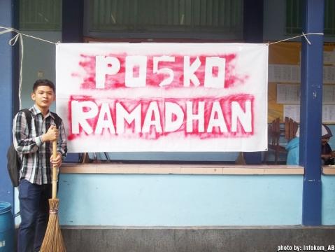 POSKO - Salah seorang panitia tampak tengah berdiri di depan posko ramadhan yang berlokasi di depan akademik FPIK